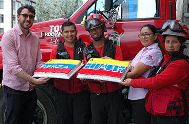 Sweets apoya a los Bomberos de Quito y alienta a Ecuador a salir adelante